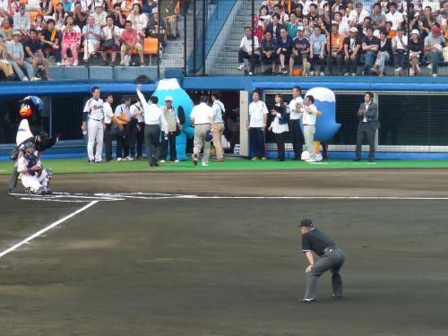始球式を終えたちょっと話題の静岡県知事