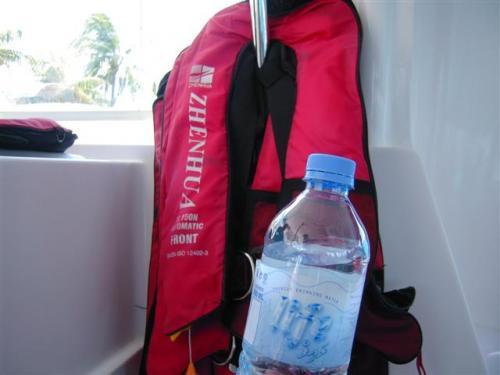 スピードに乗船時はラフジャケット着用&ミネラルウォーターのサービスがあります。<br /><br />