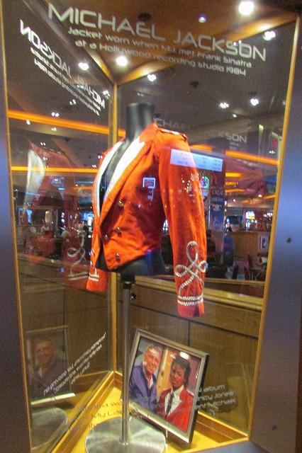 マイケルジャクソンの上着の展示<br />有名なロック歌手の展示が沢山<br />これまた知らない