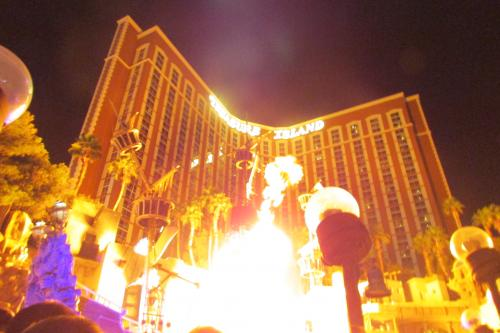 ショーは素晴らしかったけど<br />宿泊者に見えるようにしてほしいよね<br />翌日は部屋から<br />花火がみえましたけど・・。