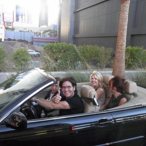 映画に出てくるような<br />イケてるカップル達が<br />オープンカーで横を通る!<br />カッコいい<br />絵になるわ!