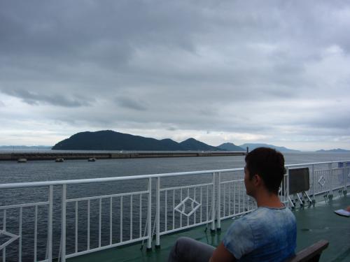 直島行きのフェリー。<br />陽気がいいので、デッキで風景を見ながら移動。<br />やはり、昨日の豊島とは違い人が多い。<br />なんとしても第一目的の地中美術館に早く到着したいので、<br />到着20分前から、船の出口に移動して到着を待つ。<br />船の到着と同時にダッシュでバス停へ。<br />ラッキーなことに地中美術館直通の臨時バスが来ていたので飛び乗る。<br />地中美術館まで乗り換えも無く、最短ルートで到着したので、予想以上に早く着いた。<br />それでも、もらった整理券は10時15分から。<br />しばらくの間、チケットセンターで時間をつぶす。