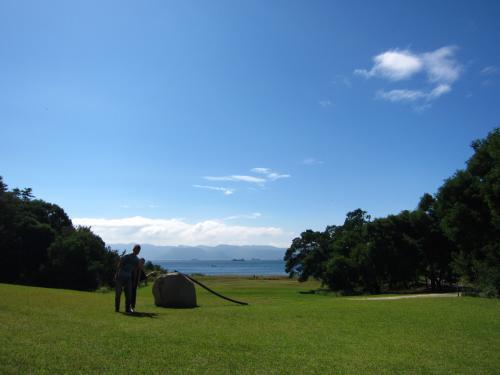 天気も良いので、歩いて「李禹煥美術館」へ。<br />