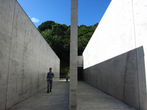 建物内部へ向かう通路。<br /><br />中はとても小さく10分もかからず見終わってしまいました。<br />ここの美術館は外のほうが好きだなぁ。
