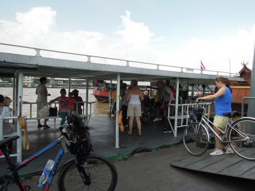路地をあちこち歩いて来ると、<br />ラーチャウォン船着き場にでました。<br /><br />自転車でバンコクを回ろう、というオプショナルツアーでしょうか(?)<br />白人の一団が自転車ごと、船に乗り込んでいきます。<br />前後にガイドさんがいました。