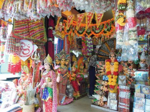 バンコクのリトルインディアです。<br />インドの音楽がガンガン流れています。<br />音と香りをお届けできないのが、残念