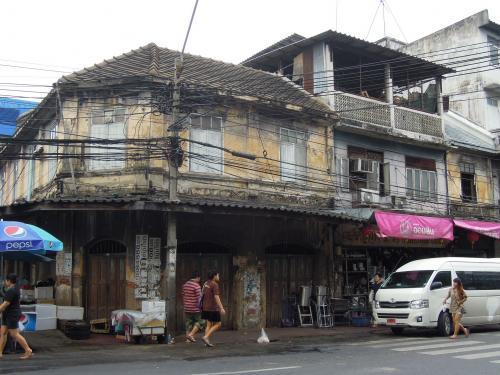 ナコンカセム<br />ガイドブックによると、<br />タイを代表する老舗出版会社、骨董品、楽器店が、<br />点在する。この一帯の古い町並みは情緒がある、と書いてあります。