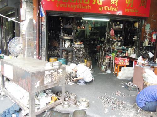 泥棒市場(クロントム)<br /><br />ここら辺は工具を売っているお店ばかりです。