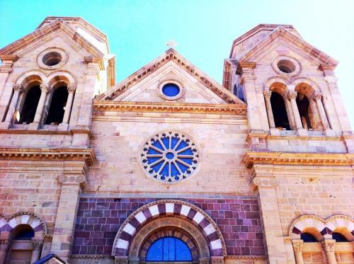 教会です!サンタフェには古い教会がいくつもありました、ロレットチャペルの奇跡の螺旋階段も見に行きました。