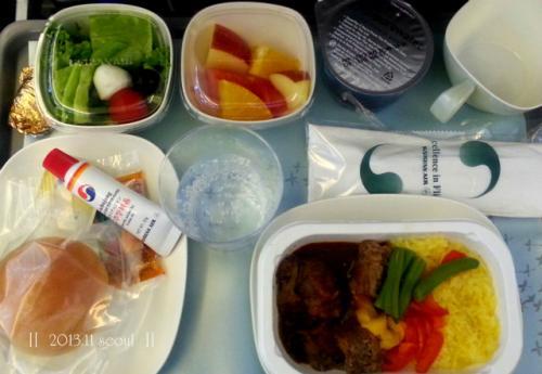 新千歳空港(14:15)→仁川空港(17:30)大韓航空<br /><br />飛行機も満席。<br />食事の時間、たまたま日本語がダメなCAさんだったようで、<br />英語で聞かれあわてる私。<br />下手な韓国語で何とか対応(^^ゞ<br /><br />しばらくして、隣の席のオーダー順番に。<br />客『アイスコーヒー』<br />CA『コーヒーはあるけど、冷たいのは・・・』<br />CA『アイス(氷の意味)とコーヒーはあるから、<br />   MIXする?』<br /><br />上記の会話が私を挟んで、<br />韓国語と英語で繰り広げられていた。<br />でも双方、まったく意思疎通が図れていない。<br /><br />あまりにおかしくって、CAに視線を送ると、<br />CAは『通訳してあげて』と、私に。<br /><br />えっ!!!!!!!!!!<br />そんなのあり?!<br />客に頼るだなんて。まったく。<br />でも何とかお役目を果たし、一安心。<br /><br />以上、行きの飛行機でのエピソードでした。<br />