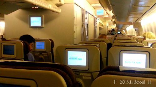 ふたたび機内。<br />仁川空港(19:35)→グアム(0:50)<br /><br />座席指定は、3列シートの真ん中に。<br />前情報で、搭乗率は50%くらいと聞いていたので、<br />予想的中。<br />しっかり、3席全部を使って、横になり移動です。