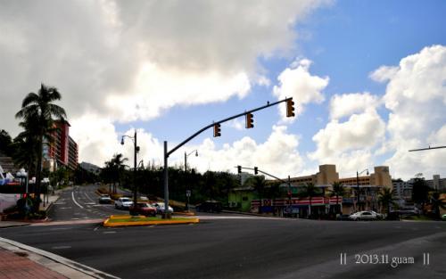 朝ご飯を食べるために、<br />ウエスティンホテル前で下車。<br /><br />雲が多めだけど、青い空が気持ちいい!