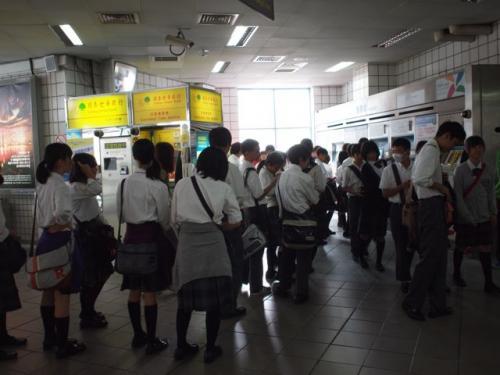 南京東路駅。<br />日本からの修学旅行生。<br /><br />1グループ5、6人で<br />各グループに一人ガイドさんが付いてました。<br />お金持ちな学校。