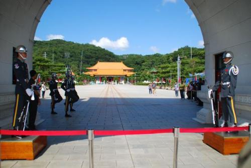 圓山駅からタクシーをぶっ飛ばしてもらって<br />ギリギリ12時の交代式に間に合いました。<br /><br />って、もう、ちょっと、始まってる!<br />9回めの台湾にして初の『忠烈祠』。