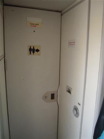 トイレがありますが、非常に狭いです。