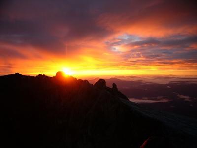 ほとんどの登山者はご来光目的のため、深夜から早朝にかけて頂上をめざすはずです。朝早い時間帯なら、雲の出る確率は日中よりずっと少なめ。降水量の多い5月-12月でも、それなりに景色が楽しめます。もちろん、雨が少ない時期に登るにこしたことはありません。 雨の中、深夜に岩場を歩くなんて、想像しただけでも大変そうですからね。<br />