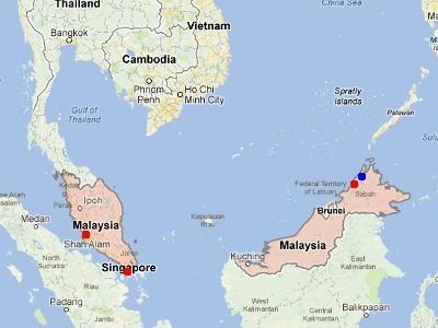 ==アクセス==<br /><br /> キナバル山があるのは、マレーシアのサバ州。位置的には、ボルネオ島の最北部になります。最寄りの都市は、日本からの直行便もあるコタ・キナバル。首都のクアラルンプールからだと、エアアジアがガンガン飛行機を飛ばしているので、5000円程度で移動できるはずです。<br /><br /> コタ・キナバルから登山道のあるキナバル公園へは、車で約2時間。ツアーに含まれている送迎車か、乗り合いバンなどで移動します。このように、アクセスの良さも、富士山並みに良好です。<br /><br /><br />地図: 赤い部分がマレーシア領。青い点 - キナバル山。赤い点、左から、クアラルンプール、シンガポール、コタ・キナバル。