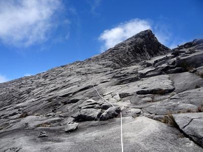 最高点であるロウズ・ピーク(写真右上、4095)は、ここからさらに1キロ先。そこまで頑張って岩の斜面を歩き続けます。ラバンラタから頂上までは、だいたい3キロ弱、標高差820メートルの短い区間。でも、標高が高いため、想像以上に疲れ、時間がかかります。<br /><br /> 何とか頂上に辿り着いたら、めでたく記念撮影。そこからの360度ビューを楽しみます。これが早朝登山ならば、もちろん御来光も。かなり端折りましたが、キナバル登山とは、だいたいこんな感じです。<br /><br /><br />