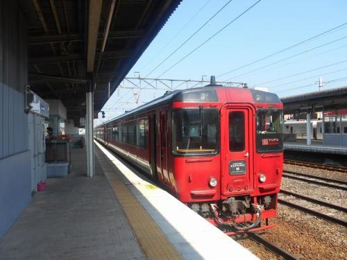 観光地・別府とあって様々な特急列車が行き交います。久大本線経由博多行きの「ゆふ」号が停車していました。