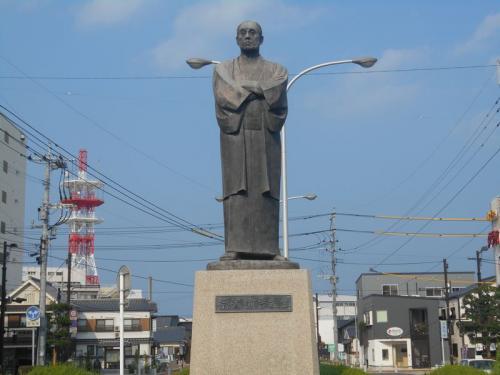 福澤諭吉が幼少年期を過ごした街ということで、銅像が建っています。<br />