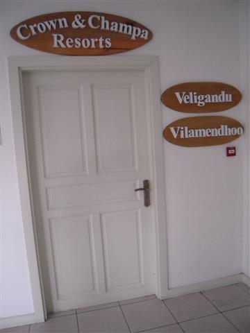 ヴィラメンドゥ&ヴェリがンドゥと同じラウンジです。Customer Serviesカウンター右のドア奥真っ直ぐにお進みください。