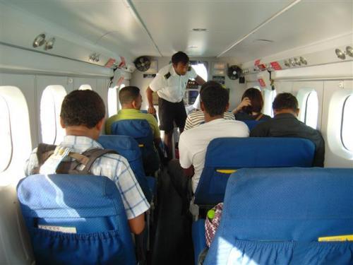 水上飛行機は15人乗り。自由席!右二人席、左一人席。<br />両サイドの景色の写真を撮りたい方は、カップルでも左右離れて座る方もいます。 <br /><br />