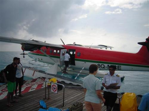 水上飛行機のプラットフホームは、コマンドゥの近くのラグーンにあります。<br />ドーニーで約5分のところです。プラットホームのラグーン内は透き通っているので、何か見えるかも…。<br /><br />
