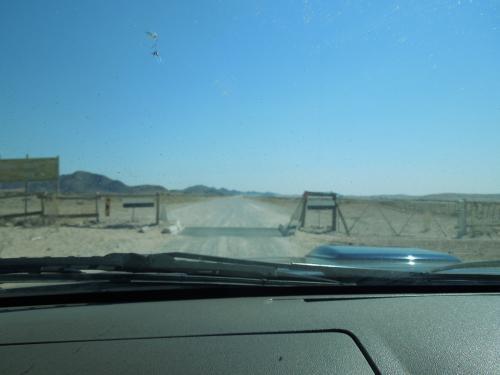 周りに何もないとついついスピードが出てしまうのは人の常(?)ということで、ところどころに設けられていた、スピードを落とさなくてはならない門。