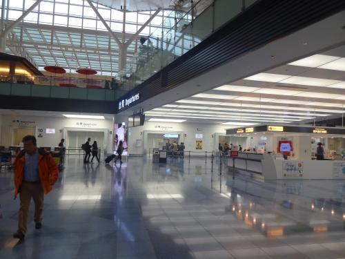 今日は、4時間の有給休暇を取って仕事を早く切り上げ、羽田空港国際線ターミナルに向かいます<br />ウェッブチェックインを済ませていたので、直接セキュリティへ