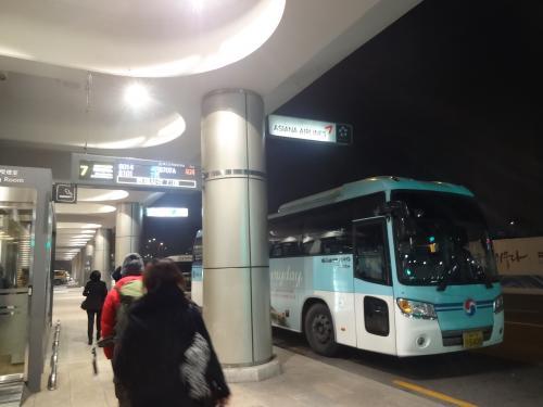 金浦空港に到着し、ここからは、KALリムジンでインチョン空港に向かいます(7,500W)