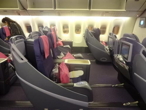 バンコク行きのフライトには、定時よりちょっと遅れて搭乗<br />2-2-2の5列で、12Jの席<br />隣の方が、他の席に移動されたので、二席使えてラッキーでした