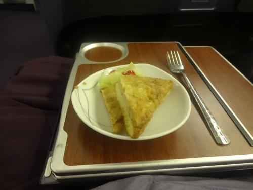 離陸後の暖かい前菜は、バンの上にミンチのポーク<br />あまり味がなく、いまいち