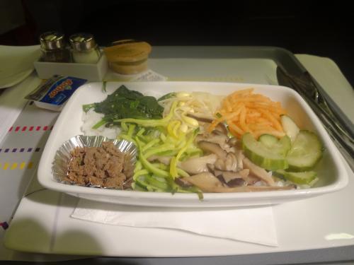 メインは、ビビンバをチョイス<br />コチュジャン、ごま油、ノリ、キムチを全部入れて、かき混ぜまくって、いただきましたが、大韓航空の方が美味しいかも