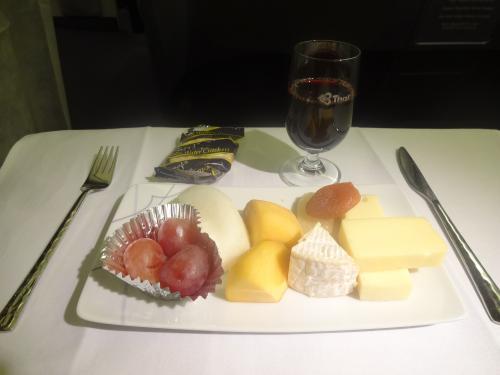 お次は、フルーツとチーズに赤ワインを味わい