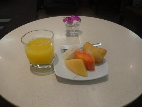 タイ航空の国内線用ラウンジに移動し、ジュースと軽食をいただきます