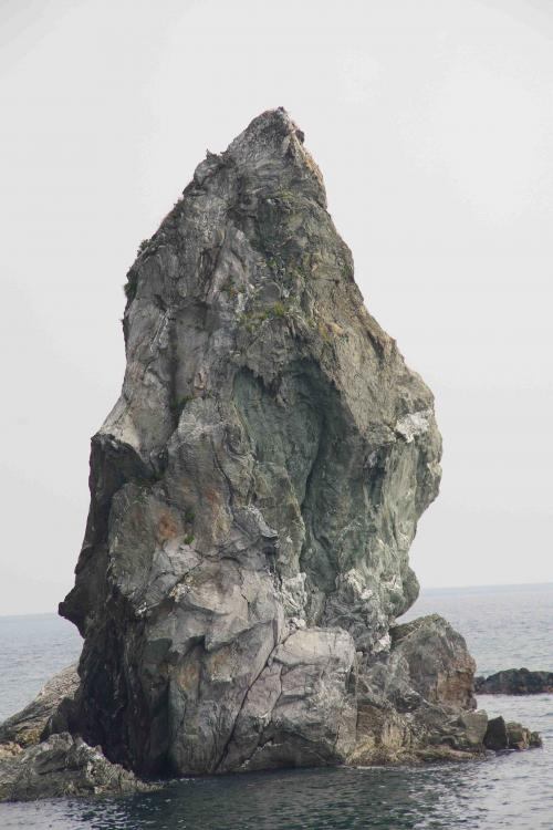 もうひとつ訪れた城跡は沼島城跡<br />残念ながら石碑しかありませんが、沼島には語り尽くせない程の見どころがあった。<br />そして、季節・天候・時間で様々な顔があり何度でも行きたいと思わせる島です。<br /><br />写真は沼島を象徴する上立神岩。<br />国生み神話ゆかりの場所であり、「天の御柱」だともいわれています。<br />中央にある窪みがハート型に見えると恋愛が成就するという話もありますね。<br /><br />旅行記:沼島・海に幸あり山に福あり<br />■(PC)<br /> ⇒ http://4travel.jp/traveler/bantaro/album/10835288/<br />■(スマホ)<br /> ⇒ http://i.4travel.jp/travelogue/show/10835288<br />