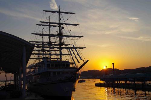 旅の終わりに綺麗な夕日を見ることができた。<br />目的地は決めず夕日に向かって車を走らせ辿り着いたのは、「福良港 うずしおドームなないろ館」<br />岸壁に停泊しているクルーズ船の向こうに沈む夕日が美しかった。<br /><br />旅行記:沼島・海に幸あり山に福あり<br />■(PC)<br /> ⇒ http://4travel.jp/traveler/bantaro/album/10835288/<br />■(スマホ)<br /> ⇒ http://i.4travel.jp/travelogue/show/10835288<br />