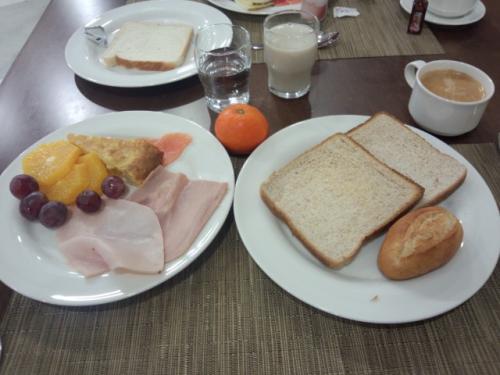 旅行期間中、ビュッフェ形式の朝食ではついつい取り過ぎ・食べ過ぎの嫌いが・・・。