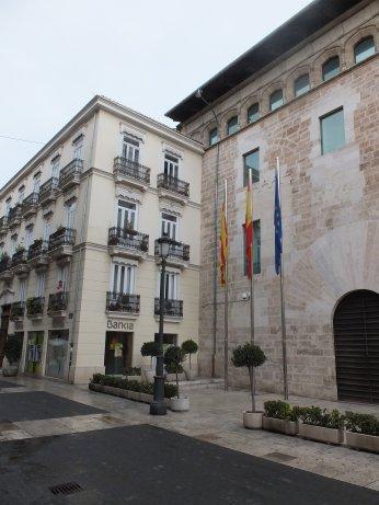 バレンシアの議事堂、国旗などの旗が掲揚されていました。