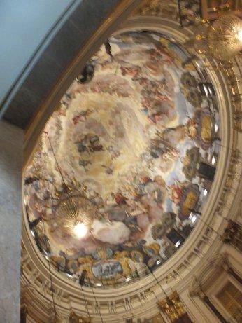 素晴らしい天井画が描かれていました。