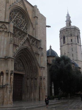 大聖堂南側の「パウラの門」と右後景に「ミゲレテの塔」<br />