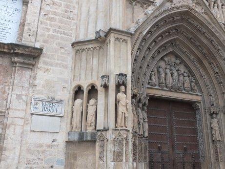 門を飾る12使徒の聖人たちの彫刻が素敵でした。
