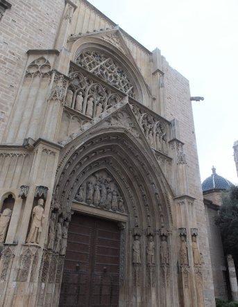 ゴシック様式の尖塔状の「12使徒の門」から、聖堂に入りました。