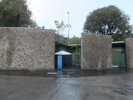 グエル公園の入口の発券所は工事中です。<br />グエル公園は、ガウディのスポンサーだったグエル氏の依頼により造った60区画ほどの集合住宅ですが、山の上で不便なためか、入居者はグエル氏の友人とガウディだけだったそうです。<br />