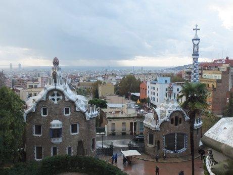 正面入口のメルヘンチックな門衛詰め所の遠景にはバルセロナ市街が広がります。
