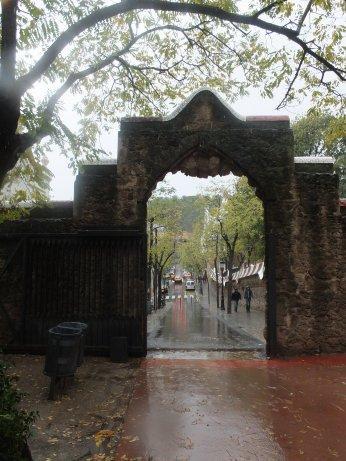 オシャレなアーチ門の出入口。
