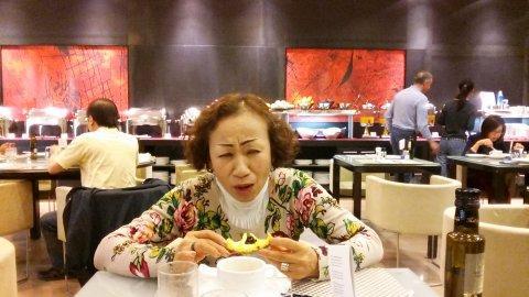取り過ぎたため、パイナップルを妻に食べてもらいました。