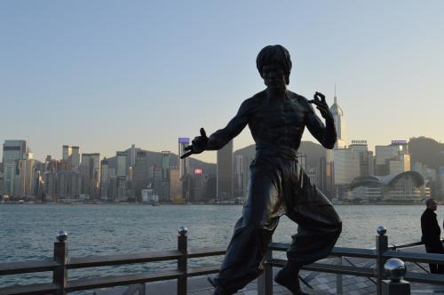 満腹すぎるので、運動がてらアベニューオブスターズへ!<br />ブルース・リーの像にこんにちは。<br />
