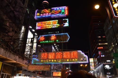 事前に申し込んであった、オープントップバスのツアー。<br />ネオンがキラキラしていて、とっても綺麗。<br />香港に来たって感じがする。<br />風が気持ちいい!<br />
