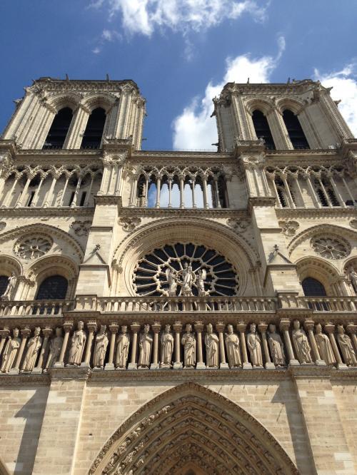 ノートルダム大聖堂 Cathedrale notre-Dame de Paris<br /><br />フランス中世建築の代表作です!<br />この大聖堂が、ヴィクトル・ユゴーの小説『Notre-Dame de Paris』の舞台になったことはとても有名です。<br />大聖堂は、4世紀頃に建設されたバシリカを前身に1163年、司教シュリーによって着工され、1330年頃完成しました。<br />しかしフランス革命時に大きな被害を受け、19世紀半ばに大修理が行われた<br />。<br /><br />本当にすごく立派です☆・:゚*オォヾ(o´∀`o)ノォオ*゚:・☆<br />側面に28人の聖人像がずら〜っと横一列になっています!<br />